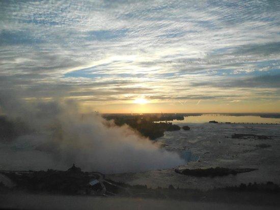 Niagara Falls Marriott on the Falls : Sunrise from the 26th floor