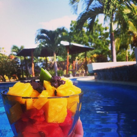 The Surf Sanctuary: Fruit breakfast by the pool :)