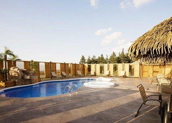 Quality Inn & Suites Matane: CNOutdoor Heated Pool