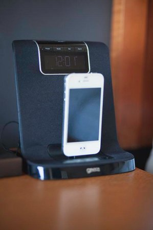 Park Town Hotel : Enjoy our iPhone compatible clock in guest room.