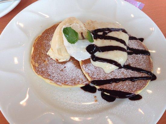 Denny's Kitakurihama : Pancakes, vanilla ice cream, and a coconut cream.