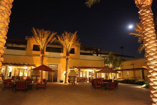 Omni Scottsdale Resort & Spa at Montelucia: MONTELUCIA Entrance by full moon night