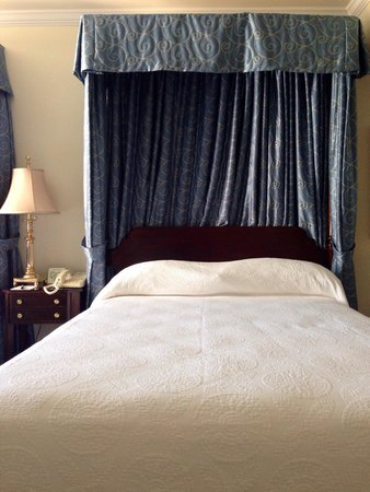 Harraseeket Inn: 2 beds w/ Garden view. Beautiful and comfortable - LOVE the bed! Sheets are do comfy!