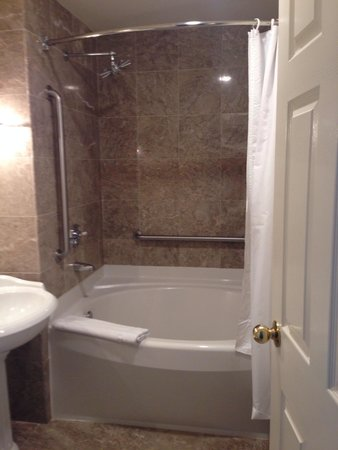 Harraseeket Inn: Super clean and spacious bathroom in room w/two beds & garden view. Fabulous shower!