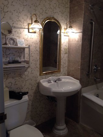 Harraseeket Inn : Super clean and spacious bathroom in room w/two beds & garden view.