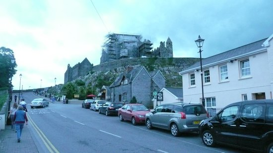 Joy's Rockside House B&B: Joy's is the pinkish white building at the right - very close to Castle