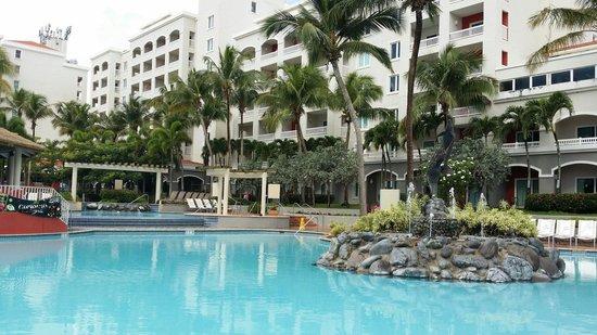 Embassy Suites by Hilton Dorado del Mar Beach Resort: Area de la picina ( agosto 2014)