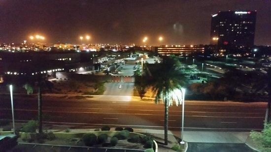 La Quinta Inn & Suites Phoenix Mesa West: Night view