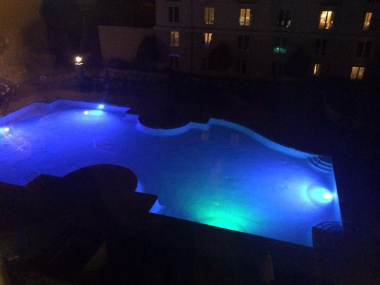 Chateau Elan Winery And Resort: King corner suite view of pool at night. Pool stays open til 10:30pm