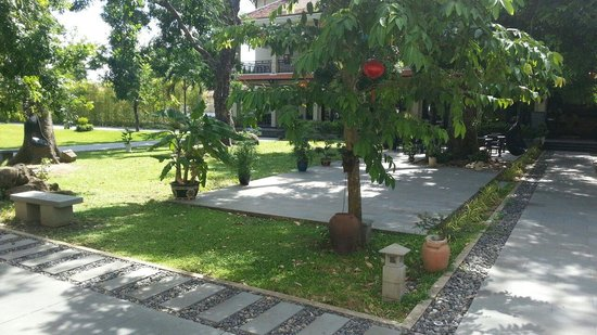 Hoi An Historic Hotel: Tranquil gardens at the Hoi An hotel.