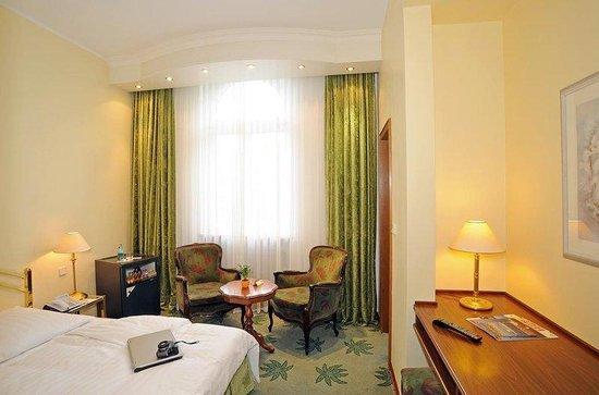Palmenhof Hotel: Double Standard