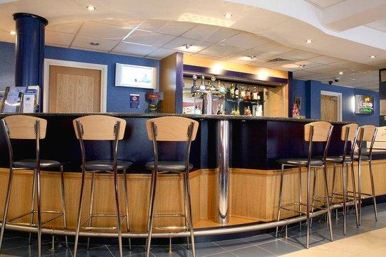 Holiday Inn Express Aberdeen City Centre: Bar and Lounge at Holiday Inn Express Aberdeen Hotel