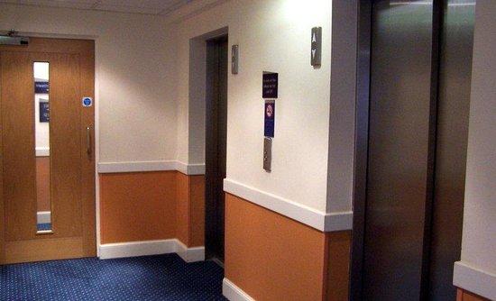 Holiday Inn Express Aberdeen City Centre: Elevator Lobby at Holiday Inn Express Aberdeen Hotel