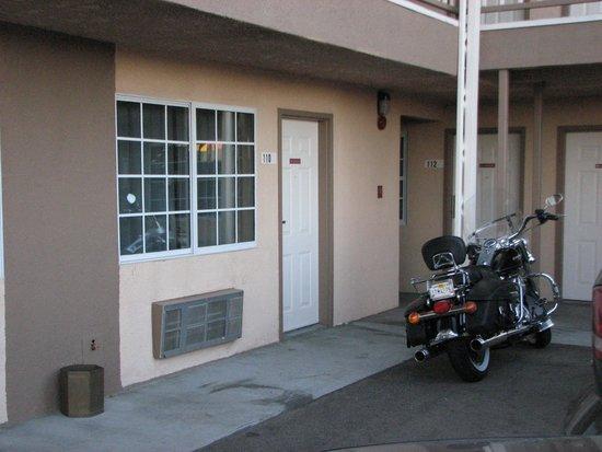 Rodeway Inn Barstow: Our Room & Bike