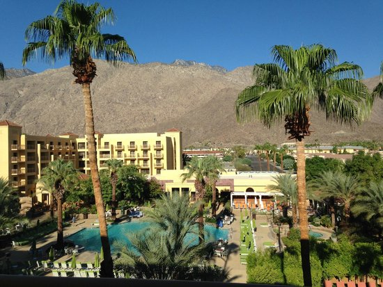 Renaissance Palm Springs Hotel: Nice shot of the pool and grounds