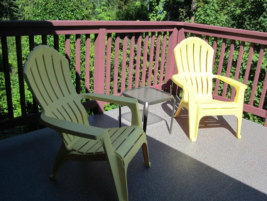 Creekside B&B: Connecting Deck
