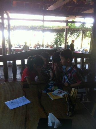 Veranda Natural Resort : Kids enjoying a chat after lunch
