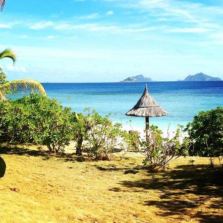 Mana Island Resort: Beach Area in front of Ocean View Duluxe Bures