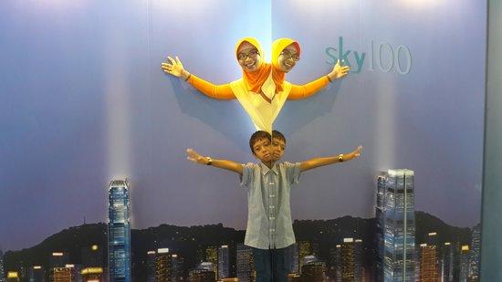 sky100 Hong Kong Observation Deck: kaca refleksi