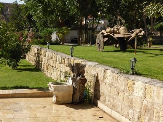 Melis Cave Hotel: Landscaped gardens