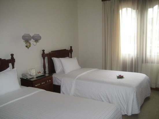 Hotel Continental Saigon: 室内概観(左奥に勝手口)