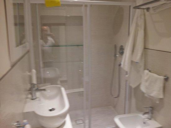 Hotel Gambrinus Mare: Bagno camere comunicanti