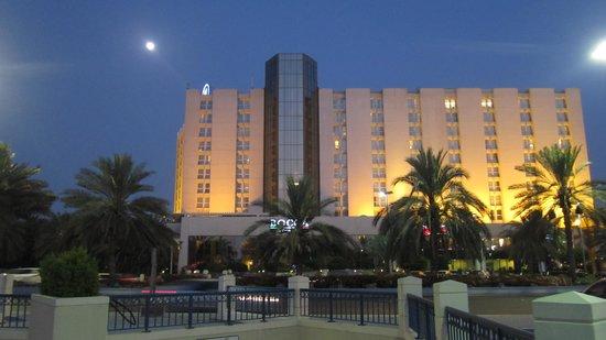Hilton Abu Dhabi : Вид отеля со стороны пляжа