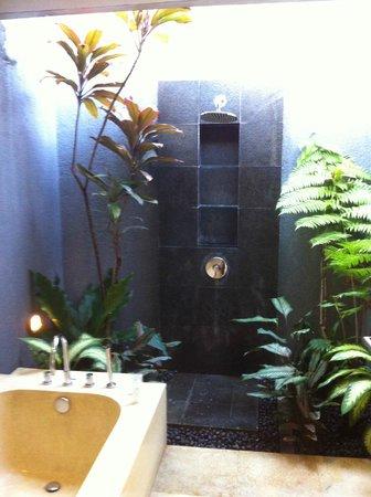 Jabunami Villa Canggu Bali : amazing outdoor bathroom
