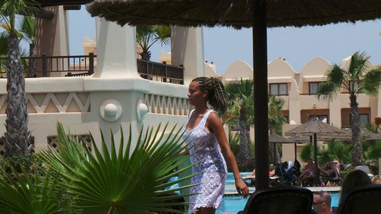 Pool fashion show bild fr n hotel riu touareg santa for Pool fashion show