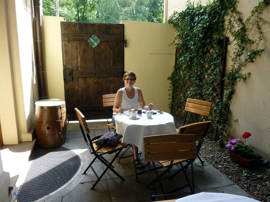 Maltanski Hotel: Out door dining area