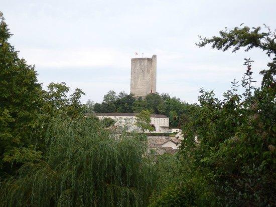 Montcuq en Quercy Blanc, Francja: la tour vue de l'autre bout du village