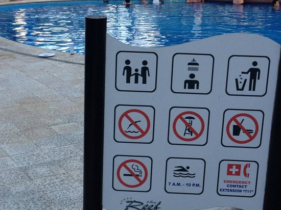 The Reef Playacar : signalisation piscine interdit boire et manger
