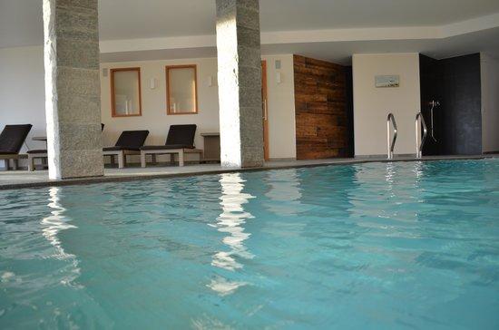 schwimmbad mit salzwasser bild von berghotel zorzi. Black Bedroom Furniture Sets. Home Design Ideas