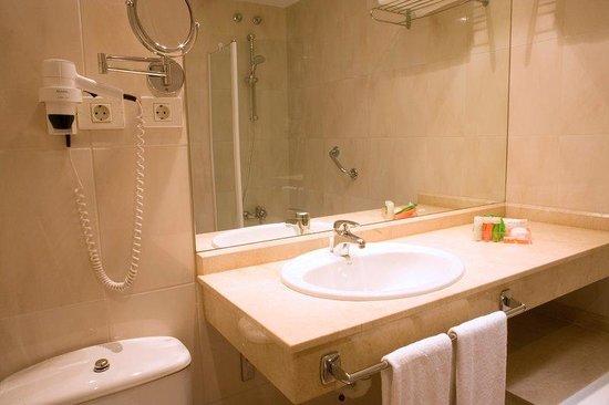 Hotel City Express Santander Parayas : Bathroom