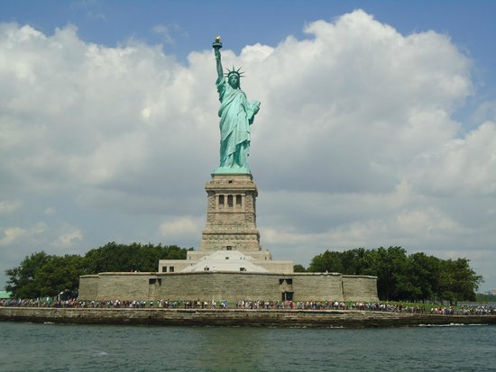 Estatua de la libertad: The statue, the island of liberty and the people who come to see it.