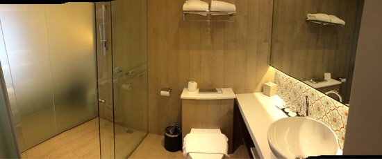 Village Hotel Katong by Far East Hospitality: Standard room toilet