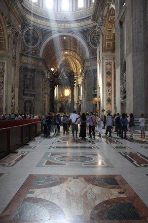 Basilique Saint-Pierre : light shining through