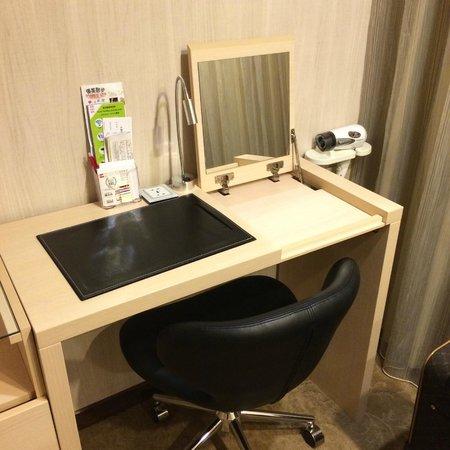 YoMi Hotel: 桌子 打开是镜子 旁边是吹风机