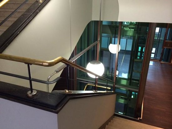 AZIMUT Hotel Cologne : Hotel staircase and lift
