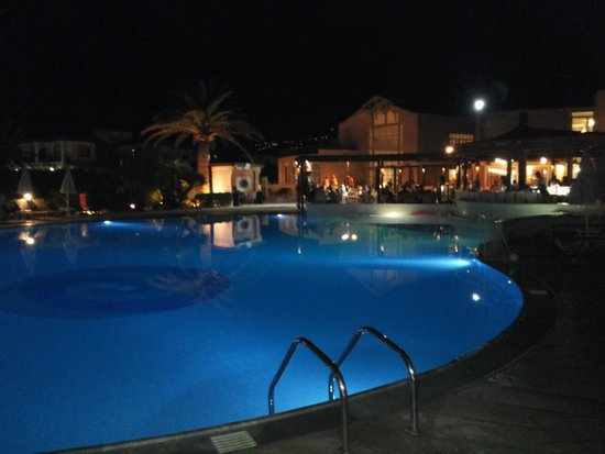 Minos Mare Hotel: basen wieczorem