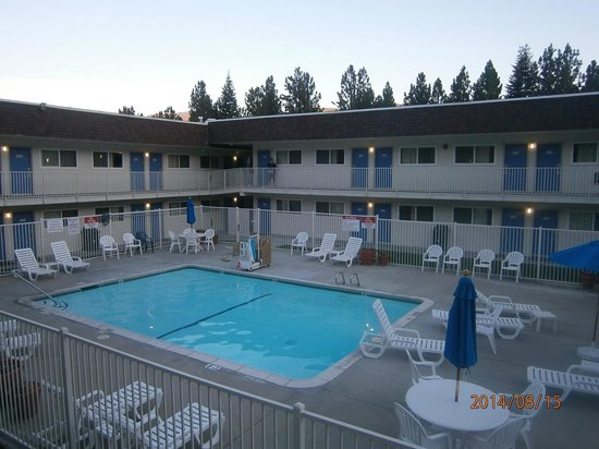 Motel 6 Mammoth Lakes: Piscina e camere