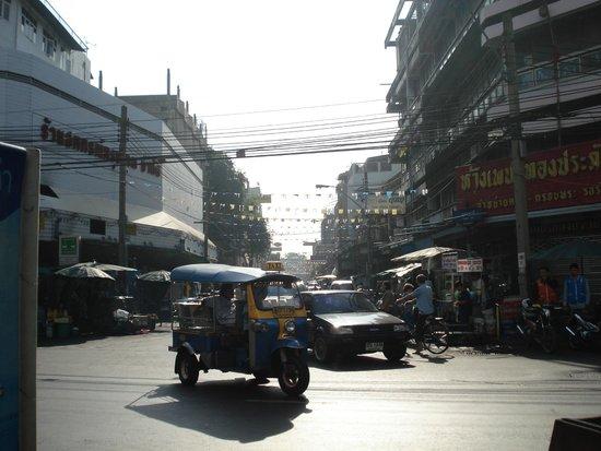 ibis Styles Bangkok Khaosan Viengtai: bottom of the road