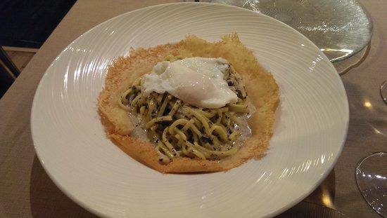 Anema e Core : Pasta fresca al huevo con trufa sobre cama de queso
