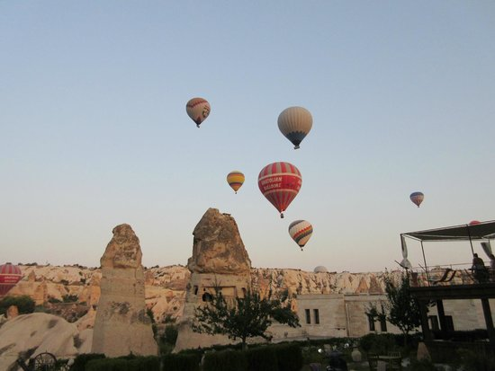 Sultan Cave Suites: Hot air balloons 6:30 a.m.