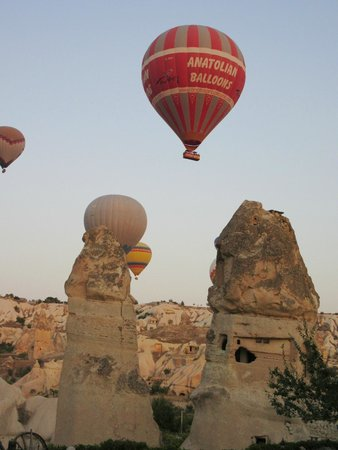 Sultan Cave Suites: Hot air balloons floating past our room