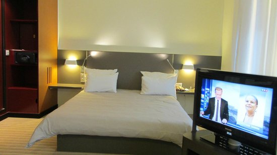 Novotel Suites Paris Roissy CDG: There is another single bed in front of the TV.