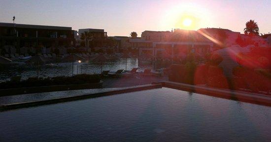 Pelagos Suites Hotel: Vue sur la piscine principale