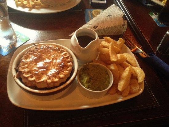 Dog & Partridge Country Inn & Hotel: A nice hearty steak and ale pie!