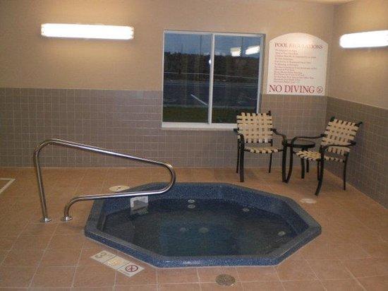 Holiday Inn Express Hotel & Suites Sedalia: Whirlpool