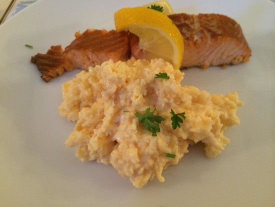 Balmuirfield House Bed and Breakfast: Arbroath smoked salmon and scrambled eggs at breakfast.
